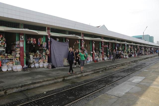 Các gian hàng bán ở các nhà ga cũng ế ẩm không kém, không ai mua hàng, có những ga người bán hàng còn nhiều hơn cả hành khách.