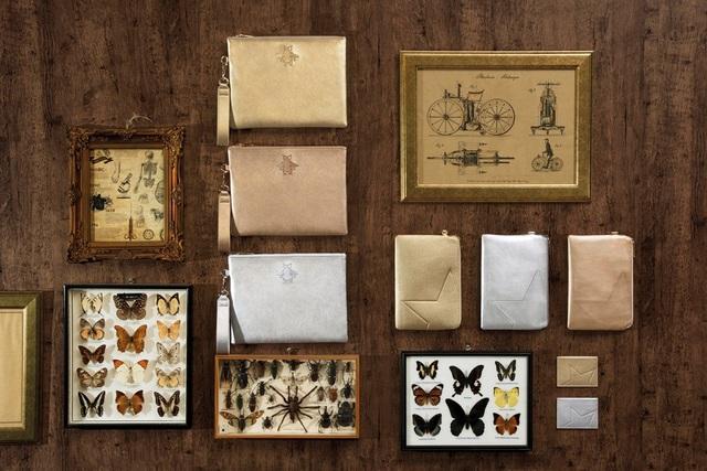 Sắc vàng đồng, ánh bạc lấp lánh của những chú bọ hay ngôi sao là những điểm nhấn vô cùng đặc biệt của những chiếc ví nhỏ cầm tay trong bộ sưu tập.