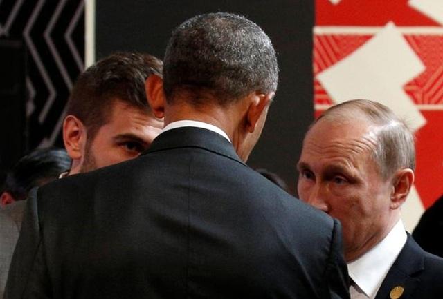 Tổng thống Nga Vladimir Putin và người đồng cấp Mỹ Barack Obama trò chuyện khi tham dự hội nghị APEC tại Peru hôm 20-11. Ảnh: Reuters