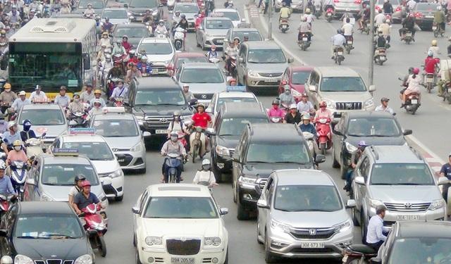 Không còn lối thoát, nhiều người điều khiển xe máy luồn lách qua các kẽ hở giữ ô tô