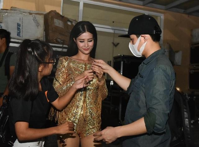 Tại hậu trường chương trình tại Hà Nội, Ông Cao Thắng còn giúp Đông Nhi chỉnh sửa váy áo trước giờ lên sân khấu.