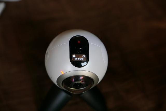 Phía dưới nút OK là một màn hình trạng thái PMOLED 0,55 inch để hiển thị trạng thái pin, thẻ nhớ, chế độ...
