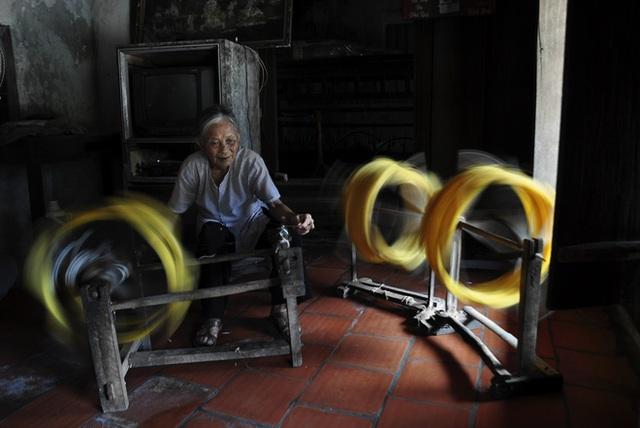 Sản phẩm tơ làng Cổ Chất vốn nổi tiếng khắp nơi bởi chất lượng tốt. Tuy nhiên, ngày nay làng nghề đã bị mai một đi nhiều, chỉ còn một số ít hộ còn giữ được quy trình chế biến thủ công.