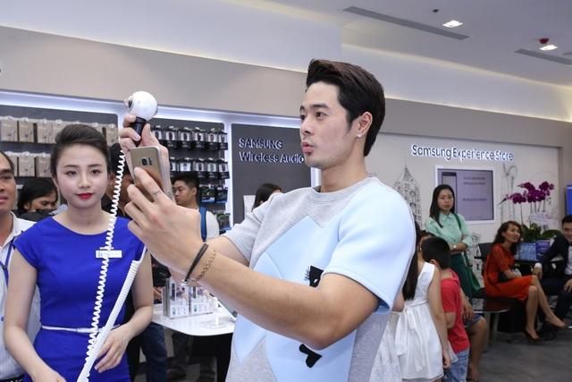 Người mẫu, diễn viên Dương Mạc Anh Quân cũng không bỏ qua tính năng chụp hình hấp dẫn của Gear360 kết nối cùng Galaxy S7 edge.