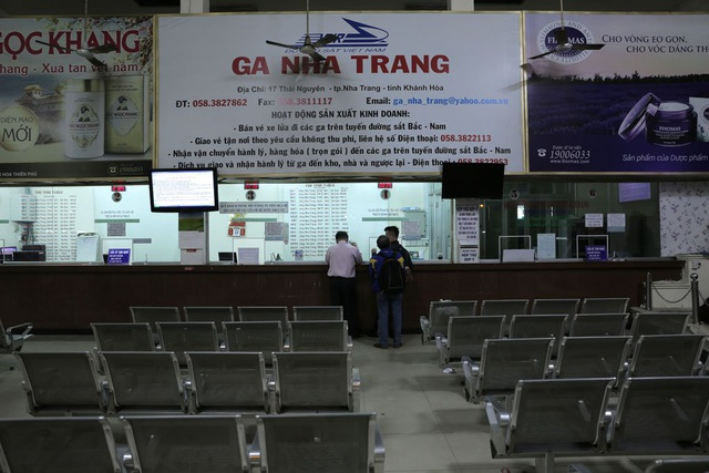 Phòng bán vé tại ga Nha Trang cũng lèo tèo vài khách đến mua vé.