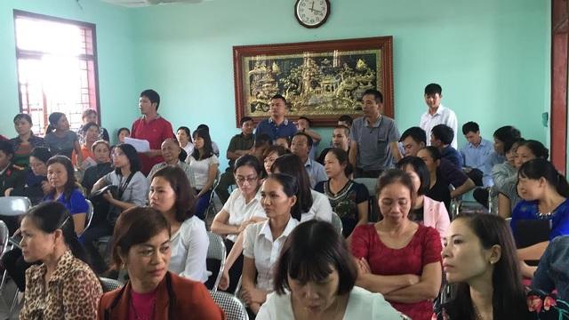 Phụ huynh tham dự buổi công bố kết quả kiểm nghiệm mẫu bánh kem tại trường mầm non thị trấn Lim 2