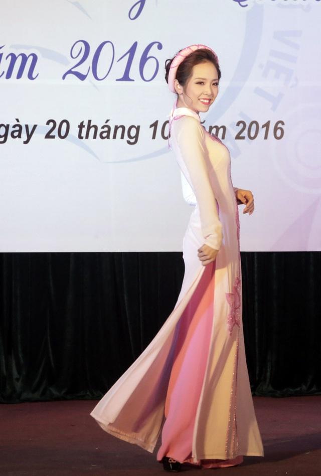 Nguyễn Minh Thu duyên dáng trong phần thi trang phục áo dài