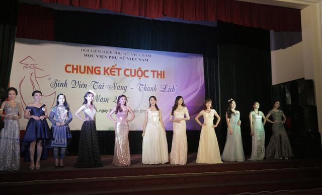 Toàn cảnh 12 thí sinh tham gia đêm thi chung kết Sinh viên Tài năng – Thanh lịch của Học viện Phụ nữ Việt Nam