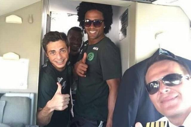 Miquel Quiroga, phi công người Paraguay, chụp ảnh cùng các thành viên đội bóng trước khi cất cánh. (Ảnh: Mirror)