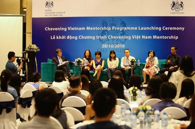 Bà Bùi Thị Thanh Thúy, Phó TGÐ Nhân sự, Prudential Việt Nam trả lời thắc mắc của Sinh viên