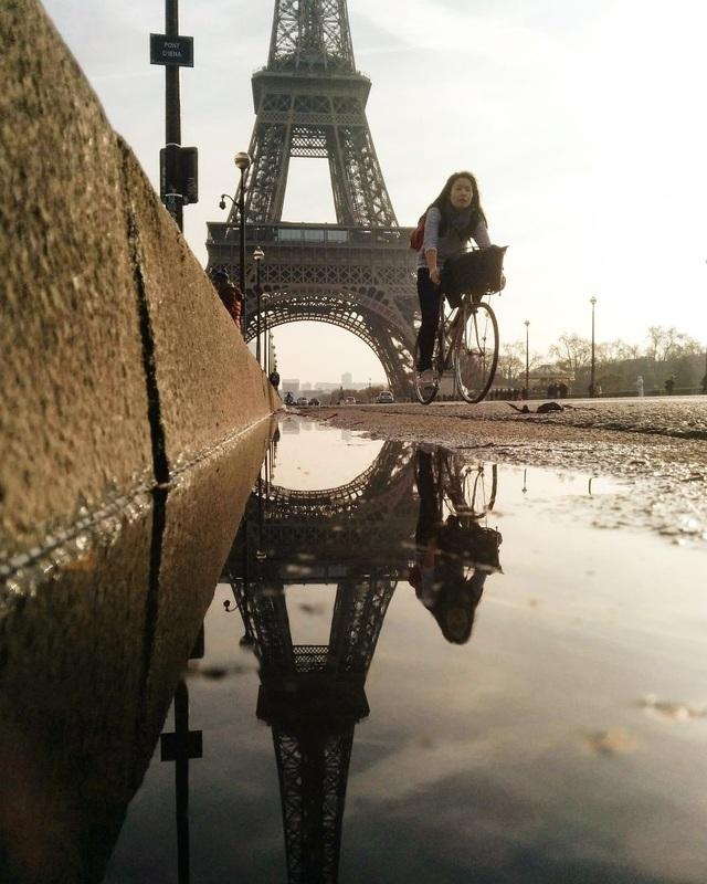 Một hình ảnh ở kinh đô ánh sáng Paris phản chiếu qua một vũng nước.  Chùm ảnh tuyệt đẹp chụp các… vũng nước khắp thế giới bằng smartphone