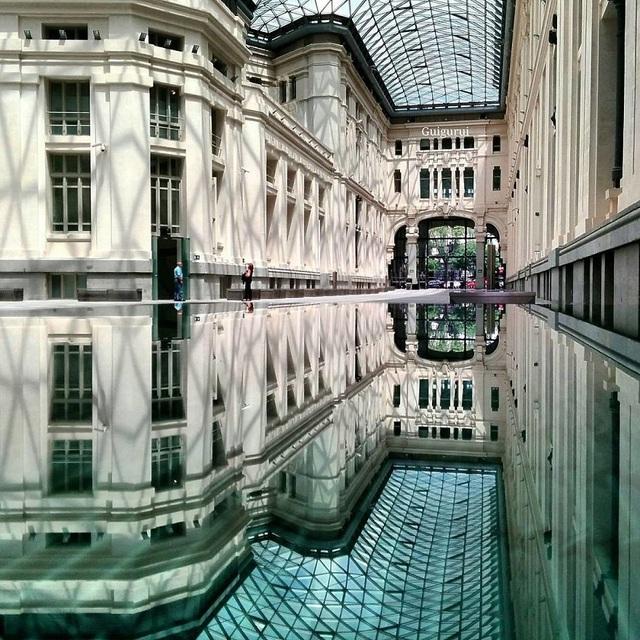 Long lanh, huyền ảo trong một toà nhà ở Madrid, Tây Ban Nha.  Chùm ảnh tuyệt đẹp chụp các… vũng nước khắp thế giới bằng smartphone
