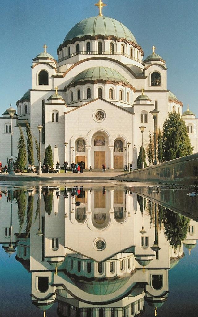 Trước một nhà thờ ở Belgrade, Serbia.  Chùm ảnh tuyệt đẹp chụp các… vũng nước khắp thế giới bằng smartphone