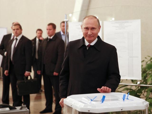 Tổng thống Nga Vladimir Putin tham gia bỏ phiếu. (Ảnh: AFP)