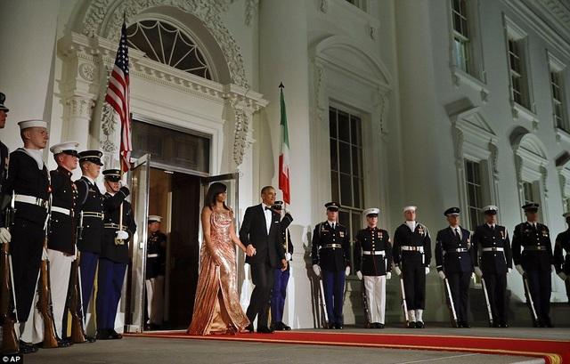 Tổng thống Obama và Đệ nhất phu nhân tiếp đón vợ chồng Thủ tướng Italy bên ngoài Nhà Trắng trước khi diễn ra quốc yến. (Ảnh: AP)