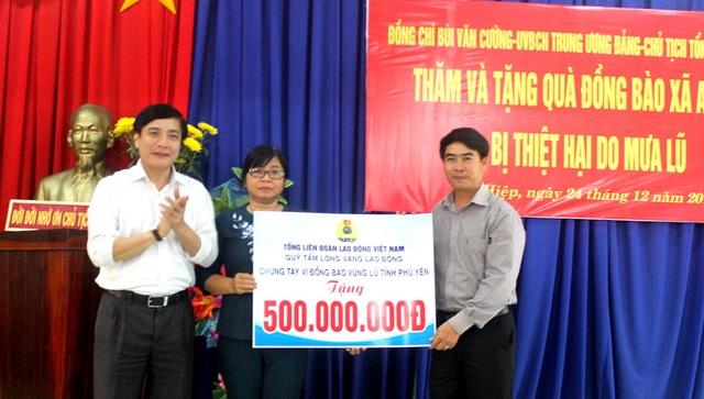 Chủ tịch Tổng LĐLĐ VN trao hỗ trợ tới nhân dân vùng lũ Phú Yên.