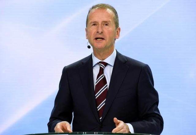 CEO Herbert Diess của Volkswagen phát biểu tại một cuộc họp báo về kế hoạch cải tổ của công ty ở Wolfsburg, Đức, hôm 22/11. (Ảnh: Reuters)