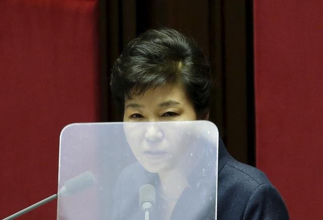 Chính trường Hàn Quốc rúng động với vụ bê bối của Tổng thống Park Geun-hye. Bà Park bị cáo buộc để lộ thông tin mật quốc gia, tạo điều kiện để người bạn thân can thiệp vào công việc điều hành chính phủ mặc dù không giữ bất cứ chức vụ nào trong chính quyền. Quốc hội Hàn Quốc tuần trước đã đình chỉ quyền lực của bà Park trong thời gian chờ phán quyết cuối cùng của tòa án hiến pháp về việc luận tội đối với bà.
