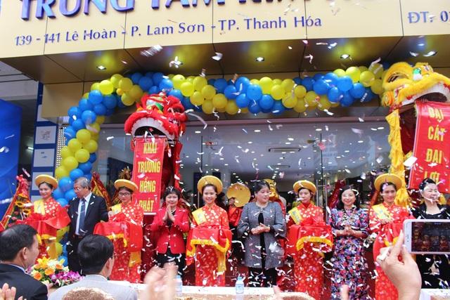 Đại diện Ban lãnh đạo PNJ và tỉnh Thanh Hóa cắt băng khai trương Trung tâm Kim hoàn PNJ Thanh Hóa