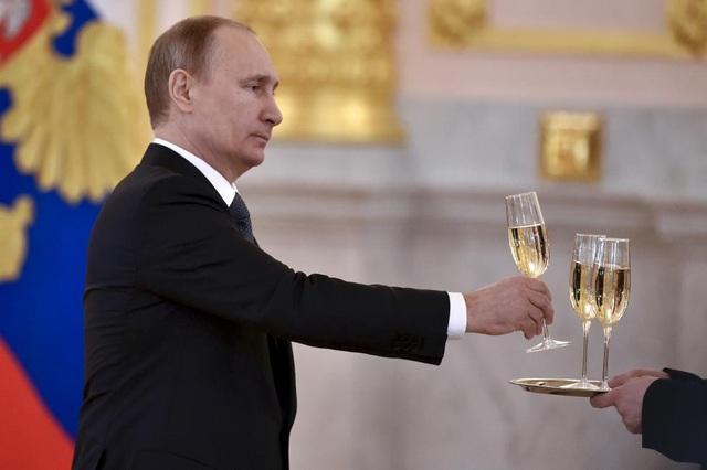 Tổng thống Nga Vladimir Putin trở thành một trong những chủ đề được đề cập nhiều nhất trong chiến dịch vận động tranh cử tổng thống ở Mỹ 2016 vì mối quan hệ được cho là gần gũi giữa ông và Tổng thống đắc cử Donald Trump. Sau cuộc bầu cử, Tổng thống Putin và nước Nga tiếp tục trở thành chủ đề gây tranh cãi hậu bầu cử khi Cơ quan tình báo trung ương Mỹ (CIA) cho rằng Nga đã can thiệp vào cuộc bầu cử để tạo ưu thế cho ứng viên Donald Trump. Nga đã bác bỏ cáo buộc này, trong khi đó, nội bộ giới tình báo Mỹ vẫn hoài nghi lẫn nhau về đánh giá của CIA.