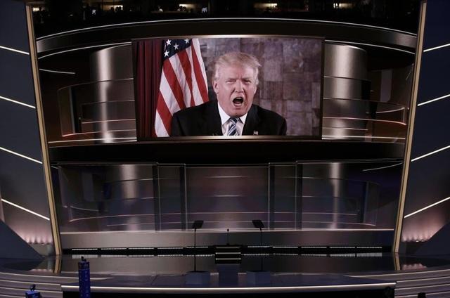 """Tổng thống đắc cử Mỹ Donald Trump đã trở thành """"Nhân vật của năm"""" (theo bình chọn của tạp chí Time) với chiến thắng bất ngờ trong cuộc chạy đua vào Nhà Trắng. Sau hàng loạt phát ngôn gây tranh cãi, bất chấp sự phản đối của phe Dân chủ và thậm chí của chính những người trong đảng Cộng hòa, ông Trump vẫn giành được đa số phiếu đại cử tri để trở thành tổng thống tiếp theo của Mỹ ngay cả khi ít hơn đối thủ Hillary Clinton khoảng 2,7 triệu phiếu phổ thông."""
