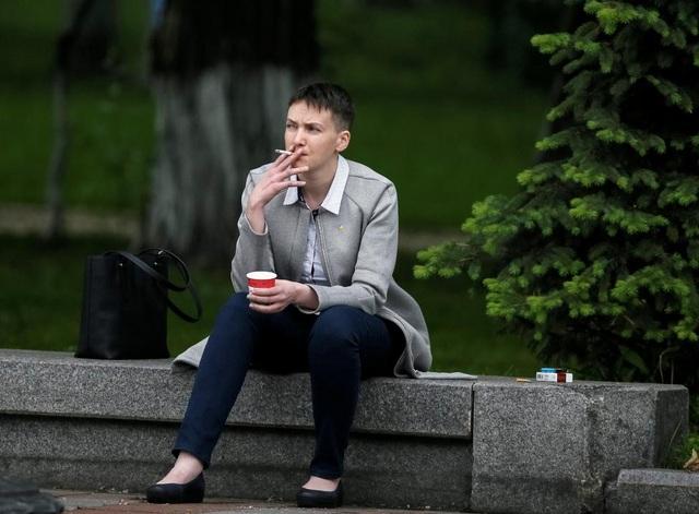 Sau 2 năm trong nhà lao của Nga, nữ phi công Ukraine Nadiya Savchenko đã được phóng thích và trở thành nghị sĩ quốc hội sau một cuộc trao đổi tù nhân giữa 2 nước. Sau khi được phóng thích, Savchenko tiếp tục vận động đòi thả 25 công dân Ukraine vẫn bị Nga hoặc lực lượng đòi độc lập ở đông Ukraine bắt giữ.