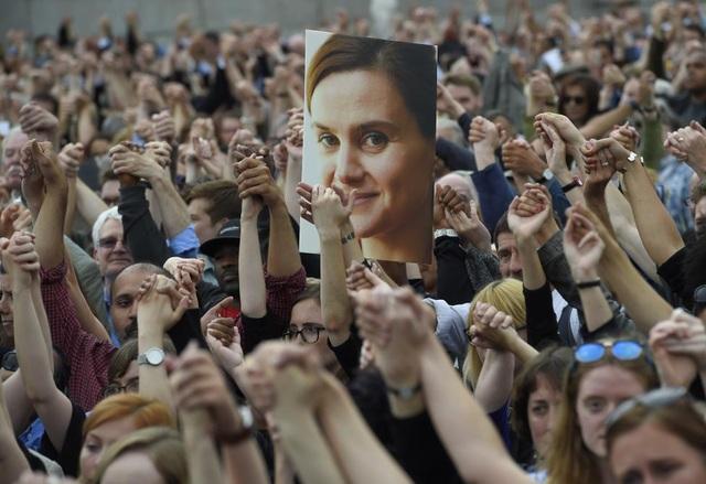 Nữ nghị sĩ đảng Lao động Anh Jo Cox đã bị ám sát ngay trên đường phố chỉ khoảng 1 tuần trước khi diễn ra cuộc trưng cầu dân ý rút khỏi Liên minh châu Âu (EU). Bà Cox là một trong những nghị sĩ đi đầu trong phong trào vận động ủng hộ Anh ở lại EU.