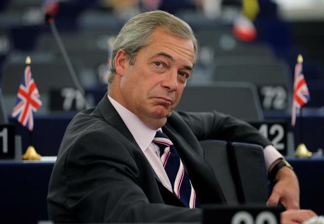 Trong ảnh là ông Nigel Farage, chủ tịch đảng Độc lập Anh (UKIP) và cũng là người đi đầu trong phong trào ủng hộ Anh rời Liên minh châu Âu, hay còn gọi là Brexit. Cuộc trưng cầu dân ý Brexit với đa số người Anh ủng hộ rút khỏi EU có nguy cơ tạo ra một tiền lệ chưa từng có, đẩy EU đến bờ vực tan vỡ.
