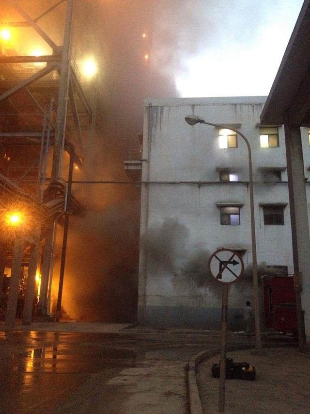 Ngọn lửa thiêu rụi nhà kho chứa ắc quy (ảnh bạn đọc cung cấp)