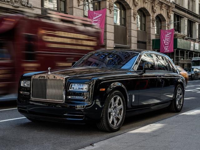 6. Rolls-Royce Phantom có một tuỳ chọn giá 7.344 bảng Anh (9.150 USD), tương đương một chiếc SEAT Mii 2014 đã qua sử dụng (chạy khoảng 8.000 km)
