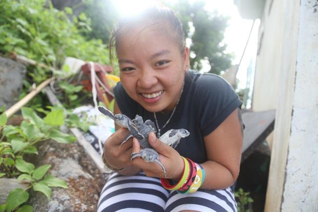 Nguyễn Hồng Minh - Tình nguyện viên chương trình Bảo tồn rùa biển Côn Đảo, tác giả bài viết - chuẩn bị thả rùa con mới nở về biển