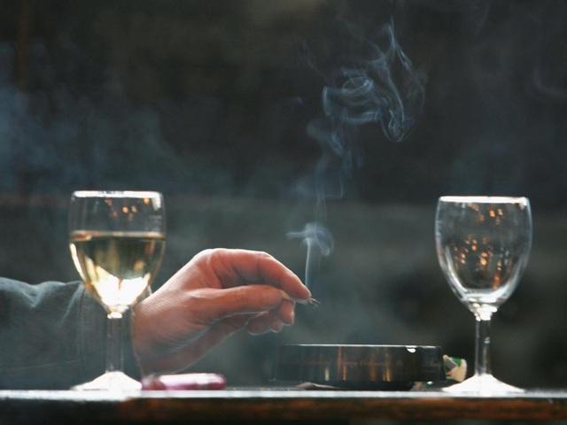 Nên uống rượu vang khi ở môi trường có khói thuốc lá? - 1