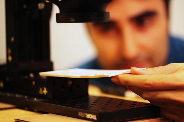 Một thiết bị mới có thể đọc sách mà không cần mở bằng cách sử dụng bức xạ terahertz để xâm nhập qua bề mặt. Ảnh: Barmak Heshmat.