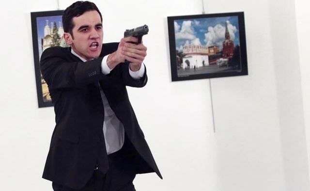 Tay súng đã tiếp cận Đại sứ Nga ở cự ly cực gần trước khi ra tay sát hại. (Ảnh: AFP)