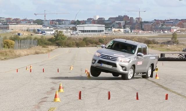 Toyota Hilux suýt lật trong bài thử nghiệm cua gấp - 2
