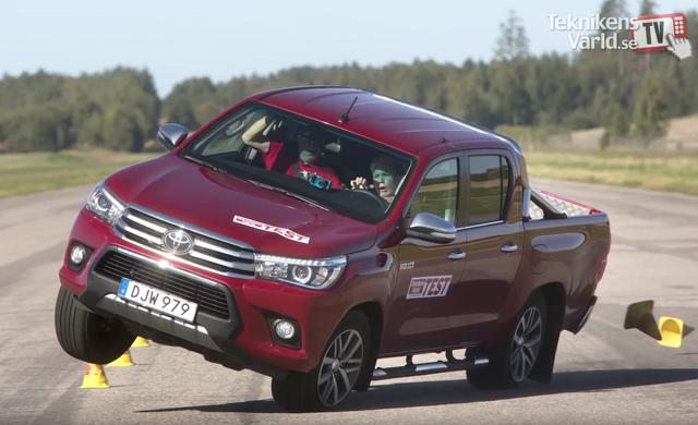 Toyota Hilux suýt lật trong bài thử nghiệm cua gấp - 1