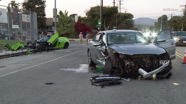 Siêu xe McLaren tan nát sau tai nạn - 6