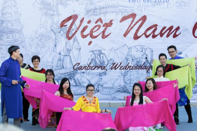 """Màn múa hát đặc sắc """"Đến với con người Việt Nam tôi"""" của trường ANU đạt giải Ba VietCOMPET 2016. Ảnh: Hoàng Trường"""