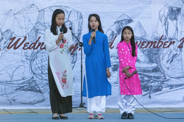 """Giải Cống hiến VietCOMPET 2016 được trao cho phần biểu diễn """"Bèo dạt mây trôi"""" của các học sinh người Việt tại Canberra. Ảnh: Hoàng Trường"""