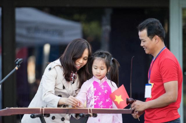 Nghệ sĩ Thu Hiền hướng dẫn cách chơi nhạc cụ đàn bầu