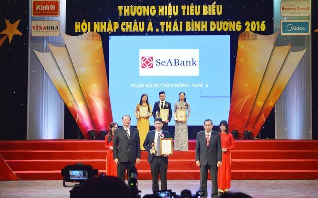 """Ngày 25/9 tại TPHCM, Ngân hàng TMCP Đông Nam Á (SeABank) đã vinh dự được bình chọn và xếp hạng trong """"Top 100 Thương hiệu Tiêu biểu Hội nhập Châu Á – Thái Bình Dương"""" năm 2016 do Mạng Hội đồng Doanh nghiệpvà các chuyên gia bình chọn."""