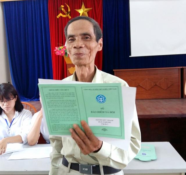 Ông Nguyễn Đức Thạnh vui vẻ khi được nhận sổ BHXH mới.