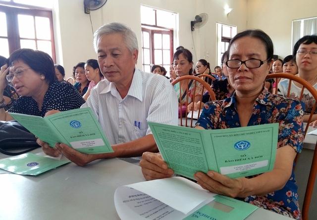 Ông Trần Ngọc Sơn (giữa) với cuốn sổ BHXH cấp mới.