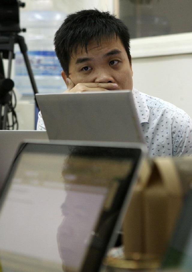 Giây phút căng thẳng của PGS-TS Lê Sỹ Vinh - Trưởng Khoa CNTT - Đại học Công nghệ - ĐH Quốc gia Hà Nội, một thành viên rất trẻ của Hội đồng chấm sơ khảo.