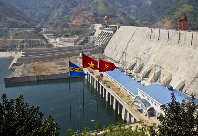Thuỷ điện Sơn La có công suất phát điện lớn nhất cả nước cũng là nhà máy lớn nhất trên sông Đà.