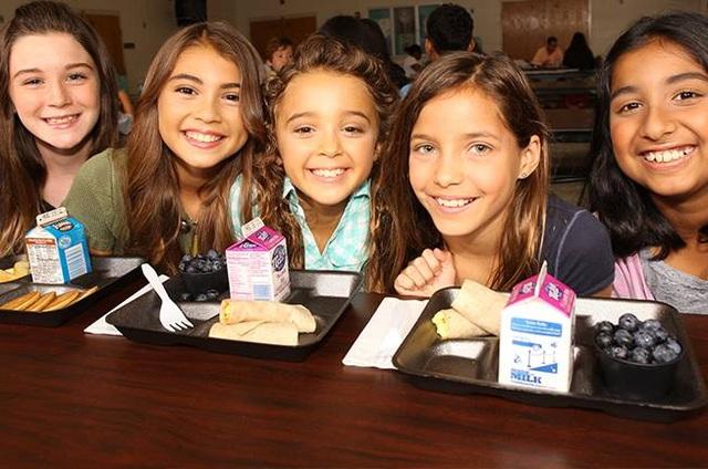 Học sinh tiểu học ở Mỹ với ly sữa tươi tại trường học