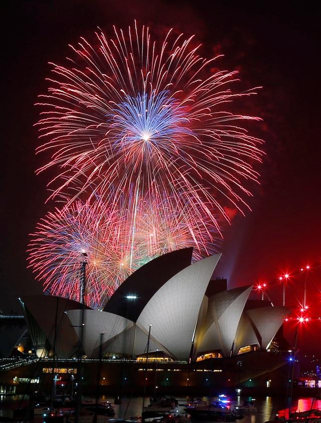 Pháo hoa khoe sắc bên trên nhà hát Opera tại Sydney (Ảnh: Reuters)