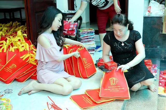 Á khôi Lê Ngọc Thanh giản dị trao quà trung thu cho thiếu nhi nghèo - 1