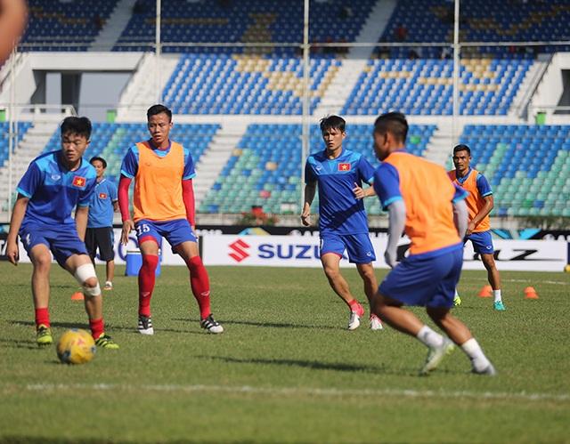 Các cầu thủ Việt Nam khởi động trước trận gặp Malaysia