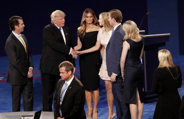 Gia đình Trump họp mặt trên khán đài ngay sau khi buổi tranh luận kết thúc.